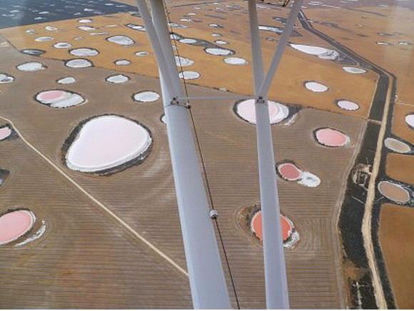 Avustralya'da yer alan Pembe Göller Bölgesi  Her biri farklı bir ton pembe çünkü içerdikleri alg oranları değişik.  Onedio