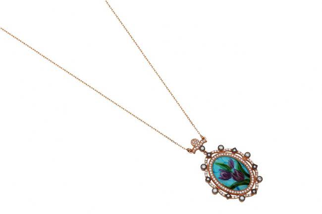 Jival, en değerli varlığımız olan annelerimiz için 14 ayar altın kolye konseptiyle farklı hediye seçenekleri sunuyor. Ressamların tablolarından esinlenerek yaratılmış birbirinden güzel kolyeleri ve pırlanta takılarını Anneler Günü'ne özel fiyatlarla sunan Jival, şüphesiz annenize verebileceğiniz en anlamlı hediyeleri oluşturuyor.  Jival Altın Lale Kolye 1.180 TL  Kadın Kanalları Editörü: Burcunur Yılmaz