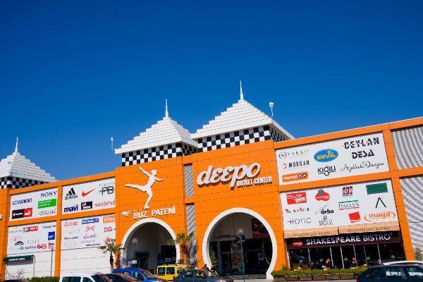 DEEPO - Akdeniz'in en büyüğü   Akdeniz Bölgesi'nin en büyük outlet merkezi. Antalya Havalimanı'nın karşısında 2004'te açıldı. Boyner, Mudo Outlet, Teknosa ve Park Bravo gibi 90 mağaza, 16 restoran, 5 sinema salonu, Go-Kart, Salı Pazarı  ve lunapark var. Buz pateni pisti ve gokart pisti de yer alıyor. Projesi DNA Mimarlık tarafından yapılan merkez, dışarıdan modern bir kervansaraya benziyor. Her gün 10.00-22.00 arası açık.  Adres: Alanya Yolu, Havaalanı Karşısı, No:371, Altınova  Tel: (0242) 340 54 70
