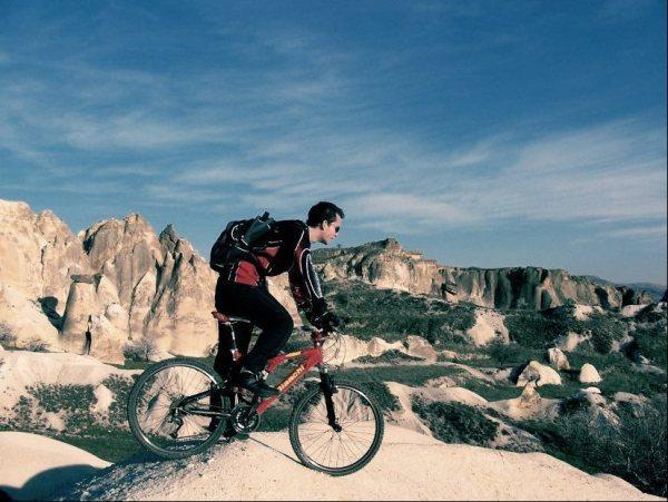 Kapadokya   Dünyanın beş büyük bisiklet yarışmasından biri bu parkurda yapılıyor. Niğde'den başlayan parkur boyunca Avanos ve Göreme'den geçerek, Ürgüp'e varılıyor. Toplam 115 kilometre boyunca köylerden geçip, peribacalarının arasında yolculuk edebilirsin. Dağ bisikleti kullanılan parkur oldukça zorlu...