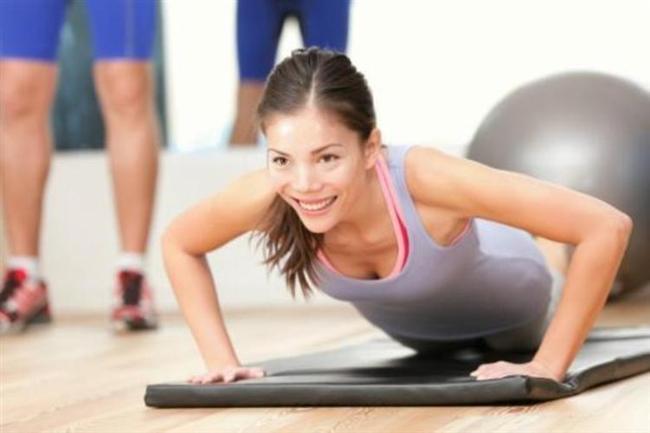 ABD'deki İnsan Performansı Enstitüsü'nden bilim insanları, saatlerce spor salonlarında çalışmaya ya da koşmaya eşdeğer olan yedi dakikalık bir egzersiz programı açıkladı.   Uzmanlar, sadece kendi ağırlığınızı kullanarak yapabileceğiniz 12 hareketten oluşan bu egzersizdeki hereketlerin her birine 30 saniye ayırmanızı ve aralarda en fazla 10 saniye dinlenmenizi öneriyor.   Araştırmayı yapan uzmanlar, hareketler arasındaki sürelerin kısalmasının egzersizin faydasını ve yakılan yağ oranını artırdığını belirtti.