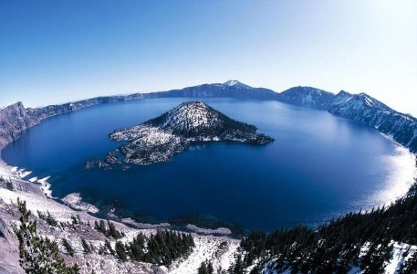 Krater Gölü, Oregon, ABD  Mozama dağı volkanının çökmesiyle oluşmuş 150 yıllık bir göl.