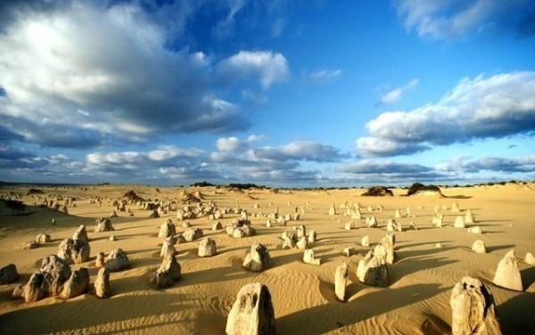 Peculiar Kayaları, Nambung Ulusal Parkı, Batı Avustralya  30,000 yıl önce denizin çekilmesiyle oluşmuş, boyları 5 metreyi bulabilen kireç taşı kayaları.
