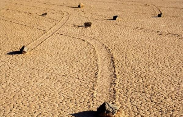 Kayan Taşlar, Ölüm Vadisi, Kaliforniya, ABD  300 kiloluk bu taşların çölde nasıl bu şekilde yol aldıkları hala bir muamma.