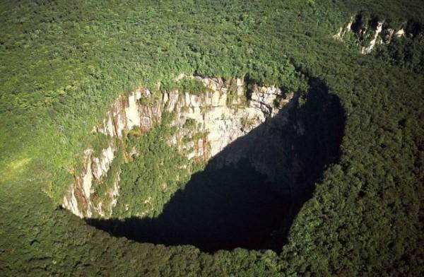 Yağmur Ormanı Çukuru, Venezuela  Dünyanın toprak katmanlarında sıkışmalardan dolayı oluşmuş çukur.