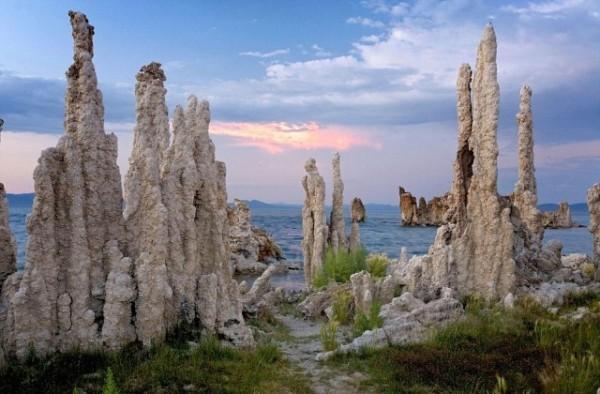 Tufa Pinnacles, Mono Gölü, Sierra Nevada, ABD  Suyun sadece buharlaşarak ayrılabildiği kapalı bir göl.
