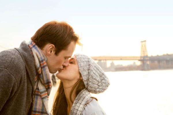 İkizler erkeği  Genelde çok sakin ve hassas öper, yavaşca dokunur sevgilisinin dudaklarına. Çekici bir havaya bürünmesini çok iyi bilir ve öptüğünde bir kaç gün süren bir etki bırakır.  İkizler kadını  Öpüşmeleri erkekleri çıldırtacak biçimdedir. Değişik oyunlarla öpüşmeyi daha ateşli yapmaya çalışır. Böyle bir kadını hangi erkek öpmek istemez?  En iyiler: Balık, Boğa, Başak, Akrep Riskliler: Kova, İkizler, Yay