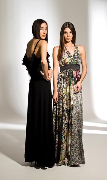 Üst kısmı fırfırlı siyah elbise ve bel kısmı kemerli renkli elbise