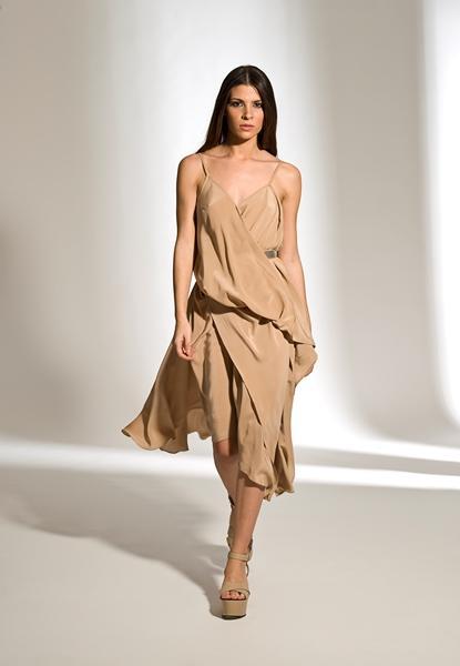Kemer aksesuarlı askılı elbise