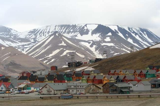 Longyearbyen-Norveç  Bu ıssız kutup kentinde ölmenize izin yok, aslında ölebilirsiniz ama buraya gömülemezsiniz. Doğru duydunuz. Bu şehrin mezarlığına yaklaşık 100 yıldır kimse gömülmedi. Bunun sebebi bedenlerin aşırı soğuk hava nedeniyle gerektiği gibi bozulamaması. 1917'de ki grip salgınından sonra, şehir mezarlığa insan gömülmesini yasakladı.  Ayrıca bu şehirde kutup ayısı nüfusu neredeyse insan nüfusuyla aynı ve avlanmak yasak olduğu için sadece savunma olarak bu ayıları öldürebilirsiniz. Fakat hazin durum ayılar için de geçerli, ölü ayılar da bu maden şehrinden farklı bir yerde gömülmek zorunda.