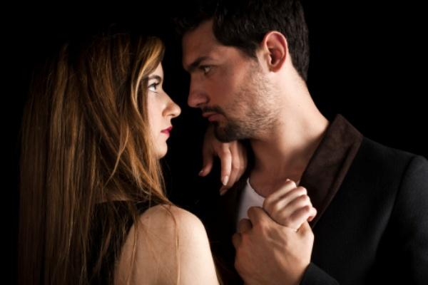 """11- AGRESİF   Kadın ve erkeği yatağa götüren her zaman pozitif duygular olmayabilir. Kıskançlık, büyük bir kavga ya da kötü bir ağlama krizi, gerilimli ama bir o kadar da ateşli, aynı zamanda tatmin edici bir sekse yelken açılmasını sağlayabilir.   Bu türde; yatakta birbirini iteklemek, saçını çekmek, omzunu ısırmak, partnerine küçük tokatlar atmak veya en heyecanlı anlarda """"Senden nefret ediyorum!"""" diye bağırmak serbesttir. Yarattığı en büyük sıkıntı ise, ertesi sabah iki tarafın da vücutlarında oluşması muhtemel olan morlukları kapatmaya çalışmaktır."""