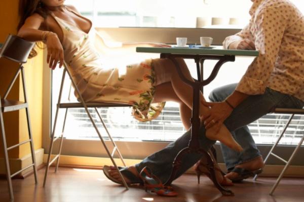 6- NOSTALJİK   Eski bir partner ya da sevgiliyle yapılan bu tür, üşengeçliğin bir başka sonucudur. Tanıdık ve kolay ulaşılabilir bir partnerle yapılan bu seks, fazla çaba istememesi nedeniyle tercih edilebilir.   Ancak, aşkın alevlenmeyeceğinden emin olunan durumlarda hayata geçirilmelidir. Aksi halde sonrasında can sıkıcı duygusal dalgalanmalara yol açabilir.