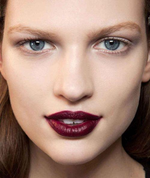 Ruj rengini değiştirmenin zamanı nedir?   Yaşınız ilerledikçe yüzünüzde meydana gelen değişikliklere dikkat edin. Daha açık bir ruj, ince dudakları daha dolgun gösterebilir ve mavi taban renkli bir ruj kullanmak dişlerinizin daha beyaz görünmesini sağlayabilir.