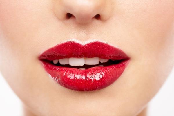Soluk renkli dudaklarımın gece için güzel görünmesini nasıl sağlarım?   Mat renkli taban rengini sürdükten sonra, yanardöner renkte bir göz farını dudaklarınıza sürün. Parlatıcıdan daha zarif bir ışıltı verecektir.