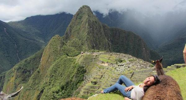 Machu Picchu'da bir lamaya sırtınızı vererek...