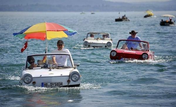 İsviçre'de bir otomobil-botta...