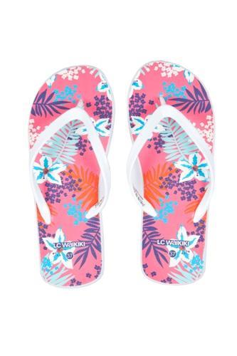 LC Waikiki 2013 Kadın Plaj Koleksiyonu'nda fuşya, turkuaz, ekru gibi renkler ön plana çıkarken siyah-beyaz Mix & Match ürünler de dikkat çekiyor. Hasır şapkalar, çizgili plaj havluları ve rengarenk parmak arası terlikler de LC Waikiki'de plaj modasının en çok göze çarpan parçaları arasında!  Moda Kanalları Editörü: Duygu ÇELİKKOL