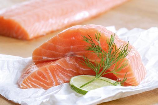 Somon, omega-3 yağ asitlerinin mükemmel kaynağıdır. Araştırmalar tüketiminin, kalp hastalıkları riskini azalttığını kanıtlamıştır. 'Nurses' Health Study'de yayımlanan ve kadınlar üzerinde yapılan bir çalışmada balık tüketimi ayda birden daha az olanlarla ayda 1-3 arasında olanlar karşılaştırıldı. Çıkan sonuca göre, balık koroner kalp hastalıkları riskini yüzde 21 oranında azaltıyor. Bu oran; haftada bir kez balık tüketenlerde yüzde 29, 2-4 kere tüketenlerde yüzde 31 ve haftada 5'ten daha fazla tüketenlerde yüzde 34'e çıkıyor.