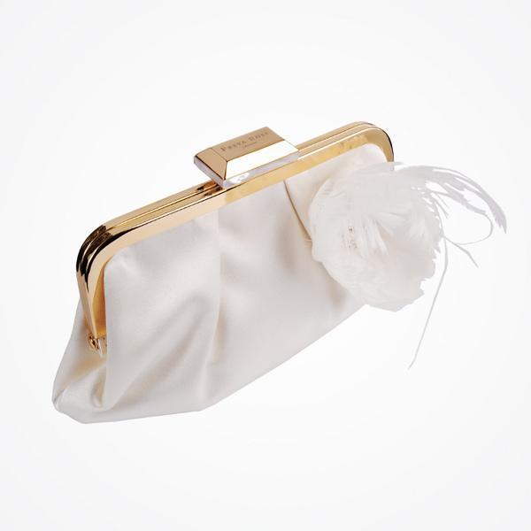 Gelin aksesuarları dosyamızın üçüncü bölümü olan 'Sezonun Gelin Çantaları'nı sizler için seçtik! Bu yılın en moda gelin çantaları arasından gelinliğinize uygun olanı seçmeye hazır mısınız?
