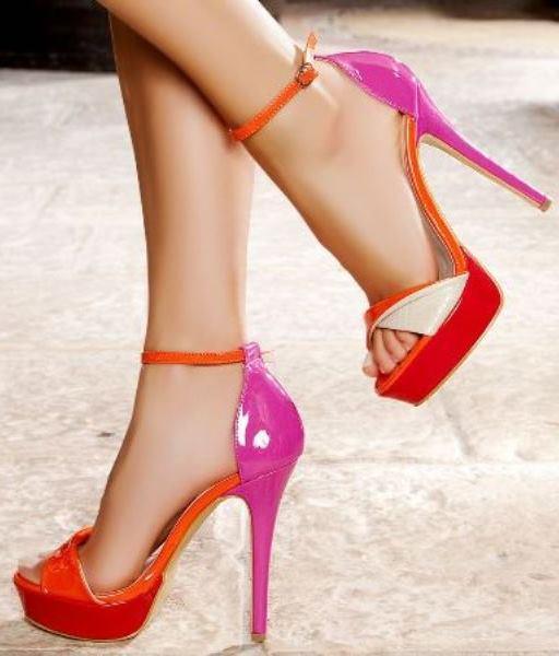 Bilekten bağlamalı içinde turuncu, pembe ve kırmızı renklerini barındıran topuklu ayakkabı