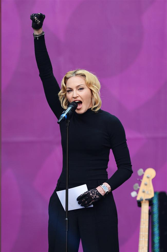 Madonna konserde sahne almayıp, kadınlara destek için konuşma yaptı ve eğitim şart mesajı verdi.