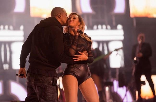 Beyonce ve kendisi gibi şarkıcı olan kocası Jay-Z ile birlikte sahnedeydi.