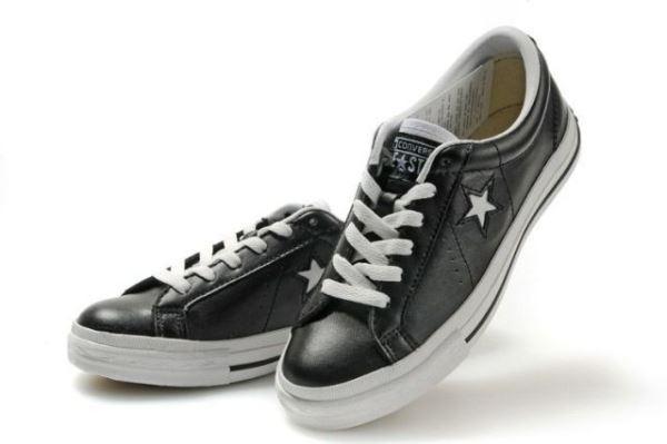 Spor ayakkabı    Yaz rahatlık demek. Spor ayakkabı tarzındaki Converse'ler uygun bir armağan olabilir.