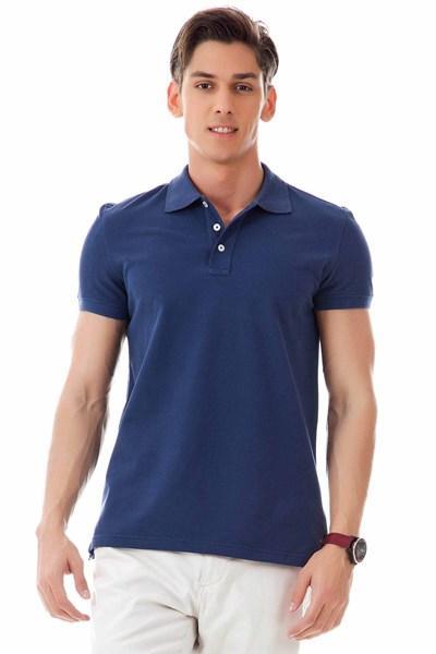 Polo yaka tişört    Dar, vücuda oturan polo yaka tişörtler her daim moda. Babanıza bunlardan birini alırsanız, takım elbiselerin içine bile bu tişörtlerden giyebileceğini söylemeyi sakın unutmayın. Gömleğin yerini rahatlıkla tutabilir. (Defacto)