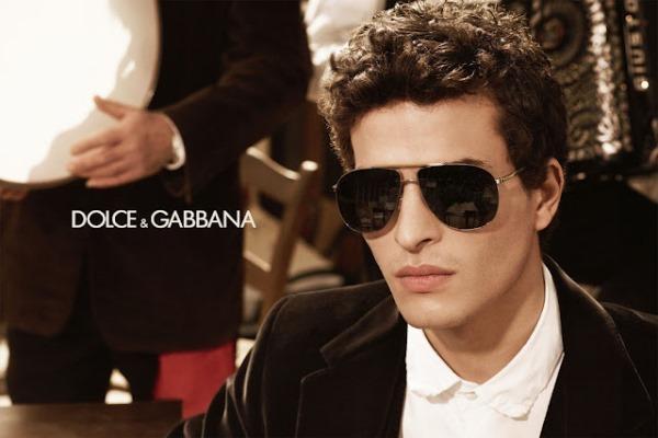 Güneş gözlükleri    Dolce & Gabbana'nın güneş gözlükleri yeniden moda oldu. Fark yaratmak istiyorsanız bu güneş gözlüklerini tercih edebilirsiniz.