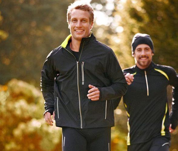 Rüzgar montu    Sportif bir babanız varsa, hem koşu hem de yürürüş yaparken rahatça kullanabileceği bu montlardan alabilirsiniz. (Tchibo'dan edinebilirsiniz)