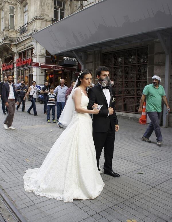 Gezi Parkı'na destek verenler arasında o gün dünya evine giren çiftler de vardı. Çoğu, nikah bitiminde soluğu Taksim'de aldı. Bazılarının aşkları ise eylem bile dinlemedi...   Mahmure.com Editörü: Duygu ÇELİKKOL