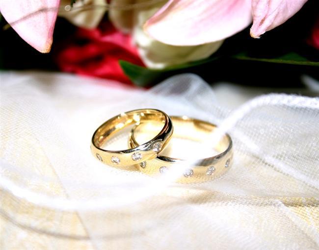 Sade ya da taşlı, klasik ya da farklı... En özel günümüzde belkide ömür boyu parmağımızda kalacak yüzüğümüzü seçerken kendimize en uygun olanı bulma konusunda alternatiflerimiz oldukça fazla... Sizin için derlediğim evlilik yüzükleri galerimizde sizce size en uygun olanı hangisi?