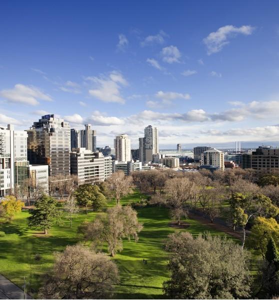 Melbourne, Flagstaff Gardens  1862′de kurulan Flagstaff Gardens, Melbourne'un en çok ziyaret edilen parklarından biri olarak biliniyor. 18 dönümlük bir araziye kurulan park, arkeolojik ve tarihi açıdan Melbourne'un en önemli simgelerinden biri.