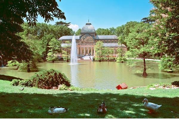 Madrid, Buen Retiro Park  Madrid'in en büyük parklarından biri olan Buen Retiro Park, 19. yy'ın sonlarına kadar İspanya Kraliyet ailesine aitti. 19. yy'ın sonlarına doğru halka açılan park, 1,4 km karelik bir alana yayılıyor. Parkın içinde birçok heykel, anıt ve galeriler bulunuyor.