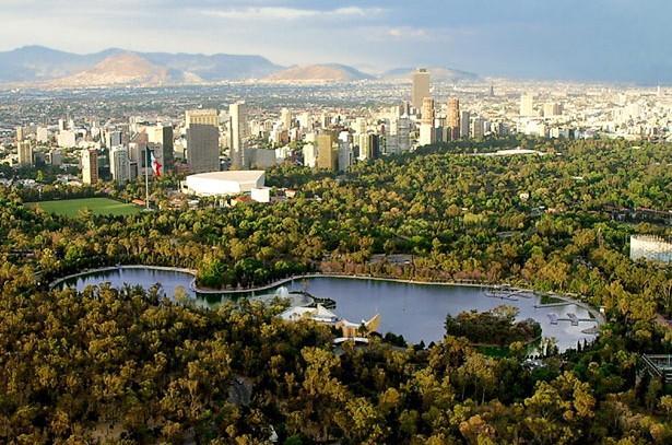 Mexico City, Chapultepec Park  Chapultepec Park, 1695 dönümlük bir araziye yayılıyor ve Mexico City'nin ciğerleri olarak biliniyor. Parka yılda ortalama olarak 15 milyon ziyaretçi geliyor ve parkın geçmişi tarih öncesi Aztec kabilesine kadar dayanıyor.