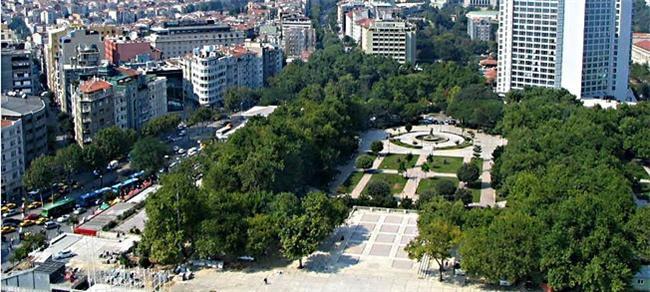 Taksim, Gezi Parkı  1940 yılında açılan Gezi Parkı, 38.000 metre karelik bir alanı kaplıyor. İstanbul'un Cumhuriyet döneminde yapılan ilk parkı olmasıyla da bilinen Gezi Parkı, uzun bir süre İnönü Gezisi olarak da adlandırıldı. 1991 ve 1992 yılları arasında yeniden düzenlenen parkın ortasına fıskıyeli büyük bir havuz inşa edildi.