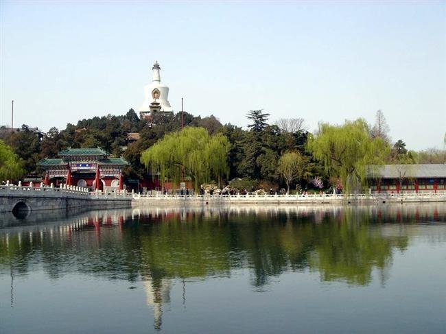 Pekin, Beihai Park  Çin'in en büyük bahçelerinden biri olan Beihai Park, ilk olarak 10. yy'da inşa edildi ve bir imparatorluk bahçesi olarak hizmet vermekteydi. Park 1925′ten itibaren halkın kullanıma açıldı.
