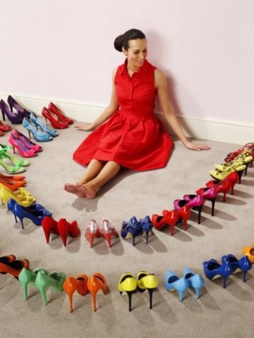 Yüksek topuklar   Bacaklarınızı uzun gösteren yüksek topuklu ayakkabılar harika aksesuarlardır.  Sizi bir anda bir stil tanrıçasına dönüştürebildikleri gibi kendinize olan güveninizin de artmasını sağlarlar.