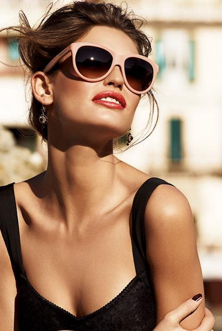 Büyük güneş gözlükleri   Kullanıcısına gizemli bir hava katan bu aksesuar tam bir stil sahibinin zevkine uygun.