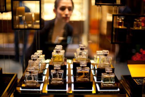 Klasik bir parfüm   Herkesin bildiği ve insan hayatında yer etmiş olan klasik bir parfüm kendinizi muhteşem hissetmenizi sağlayabilir.  Geçtiğiniz her yerde izinizi bırakarak parfümün sizinle özdeşleşmesi de bu kokunun getireceği avantajlardan bir diğeri. Buna neredeyse bir yatırım gibi bakabilirsiniz.