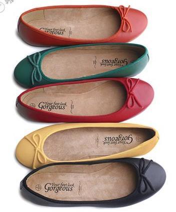 Her ne kadar yüksek topuklar feminen görünümün garantisi olsalar da, bazı zamanlarda canınızı sıkabilirler.  Özellikle uzun süre kullanmak için daha pratik olan babet ayakkabılar aslında tahmininizden daha şık bir görünüme sahiptir.