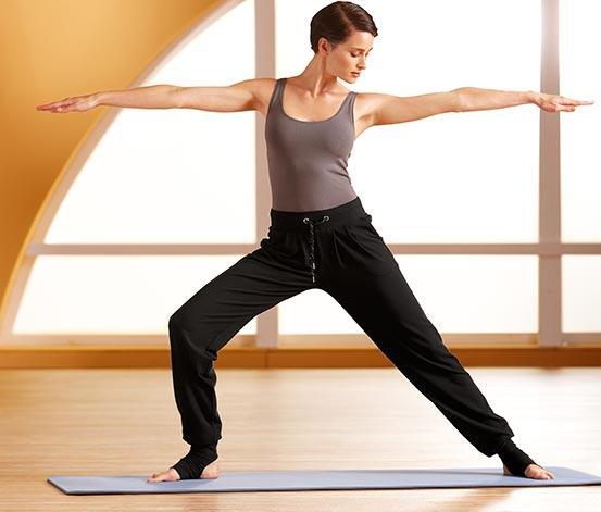 Yoga pantolonu   Özellikle rahatlığı seven biriyseniz, bu hafif parça üzerinizden çıkaramayacağınız bir kıyafet olacak. Bu pantolona sahip olmak için illa yoga yapıyor olmanız gerekmez. Ev ortamında rahat bir akşam geçirmek için en şık giysiniz yoga pantolonunuz olabilir.