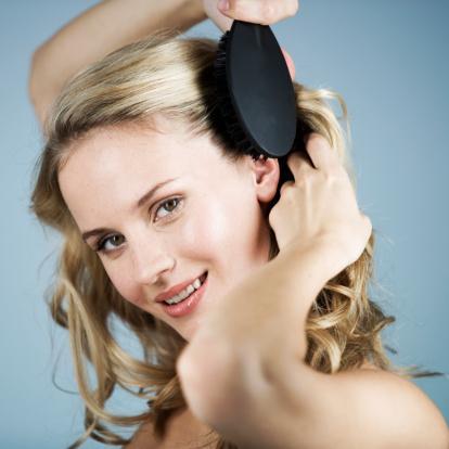 Saç fırçası   Acil bir görüşmeye veya davete katılmanız gerektiğinde saçlarınızı 15 saniyede şekle sokabilirsiniz. Bunun için çantanızda lastik uçlu ve katlanan bir saç fırçasını rahatlıkla taşıyabilirsiniz.