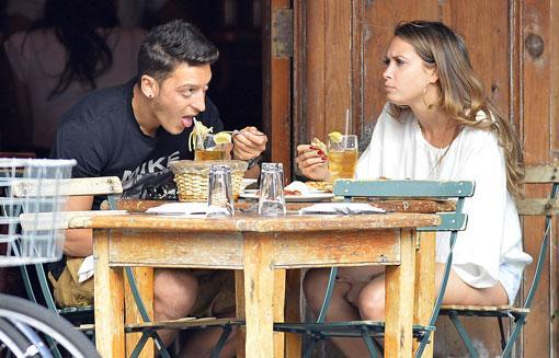 Özil, aşk yaşamaya başladığı pop şarkıcısı Mandy Grace Capristo ile birlikteyken objekftiflere böyle yakalandı.