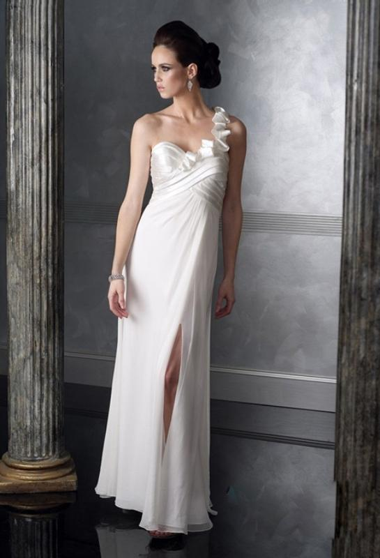 Tek omuzlu beyaz nişan elbisesi
