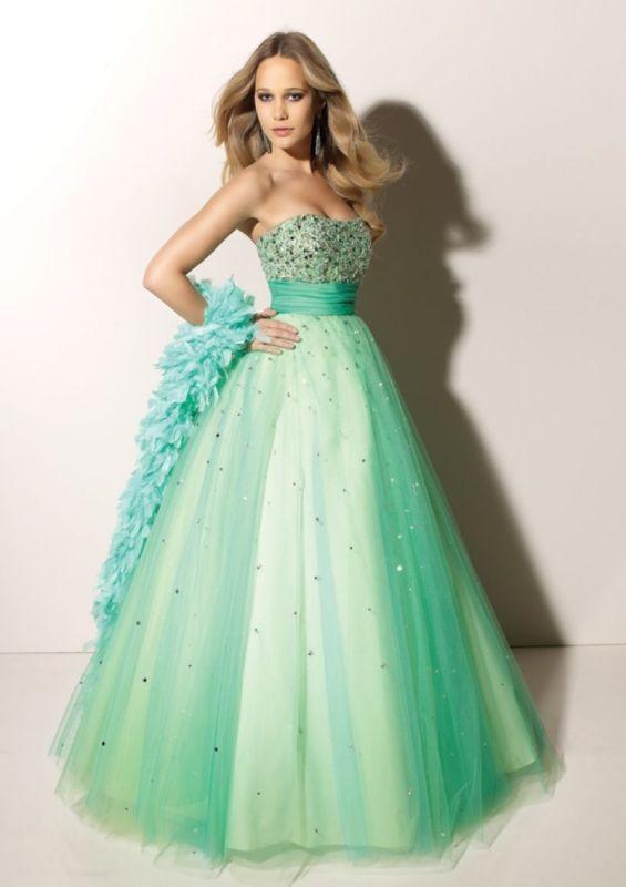 Mint yeşili renkte nişan elbisesi
