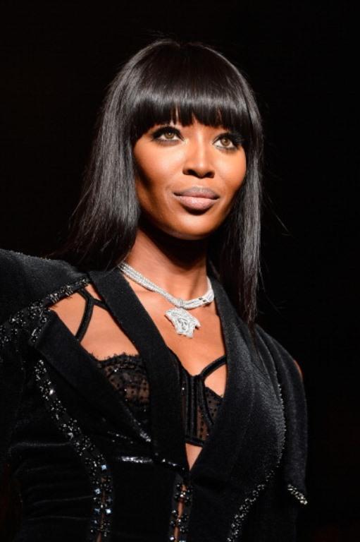 Versace, Accessories gibi önde gelen markaların tanıtıldığı Paris Moda Haftası'nda, birbirinden ünlü konuklar ve seksi modeller en dikkat çekici ayrıntılardı... Ancak moda haftasına damga vuran isim şüphesiz,  halen kusursuz fiziğiyle yılların eskitemediği ünlü topmodel Naomi Campbell'di...   İşte Paris Moda Haftası'ndan objektiflere yansıyan en güzel kareler  Moda Kanalları Editörü: Burcunur YILMAZ