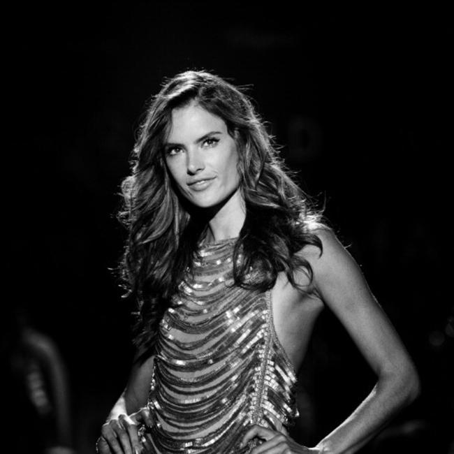"""Birbirinden farklı görüntülerin yaşandığı 2013 Paris Moda Haftası'nda, kişiye özel tasarım anlamına gelen """"Haute couture"""" tasarımlar, podyuma nostaljik ve şık bir hava kattı...  İşte Haute couture görüntüler...  Moda Kanalları Editörü: Burcunur YILMAZ"""