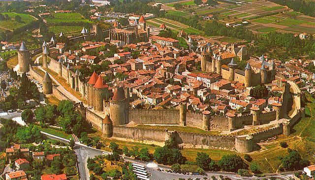 Carcassone, Fransa  Carcassone şehri 5. yüzyılda Vizigotlar tarafından eski bir Roma şehri üzerine kuruldu. 11. ve 13. yüzyıllarda genişletildi fakat daha sonra Napolyon döneminde restorasyonlardan zarar gördü. 1849'da neredeyse tamamen yıkılacaktı fakat 1853'de Eugéne Viollet-le-Duc kapsamlı bir yenileme başlattı ve sur ayakta kalabildi.