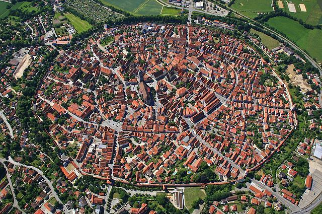 Nördlingen, Almanya  Bu şehir 14 milyon yıl önce oluşan büyük bir kraterin 6 km güneyinde bulunuyor. Şehrin etrafındaki duvarlar milyonlarca küçük elmas içeriyor.
